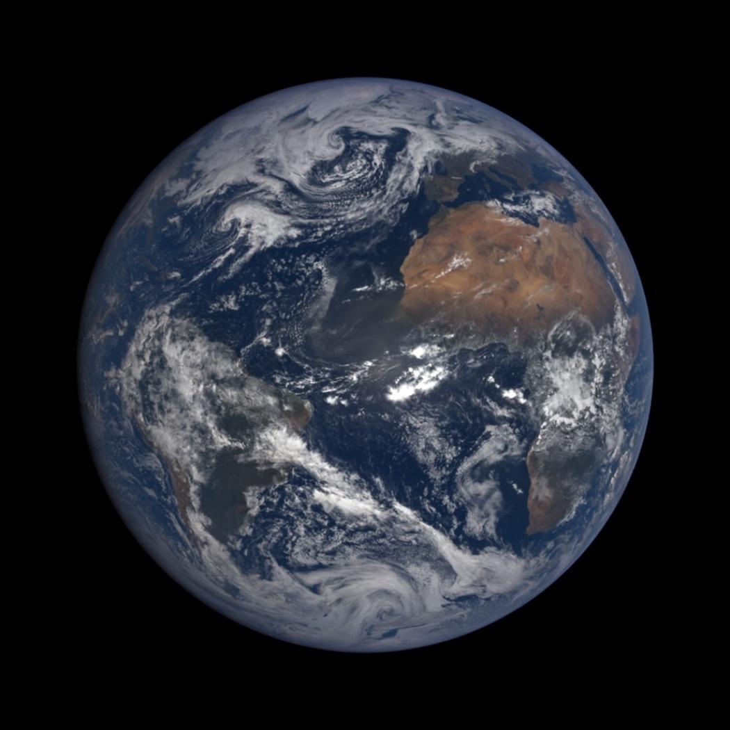 ¿Por qué no se ven los satélites en las fotos de la Tierra?