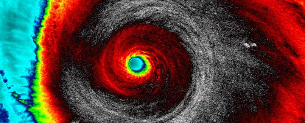 Relámpago en el interior de este feroz huracán hizo estallar un haz de antimateria en la Tierra