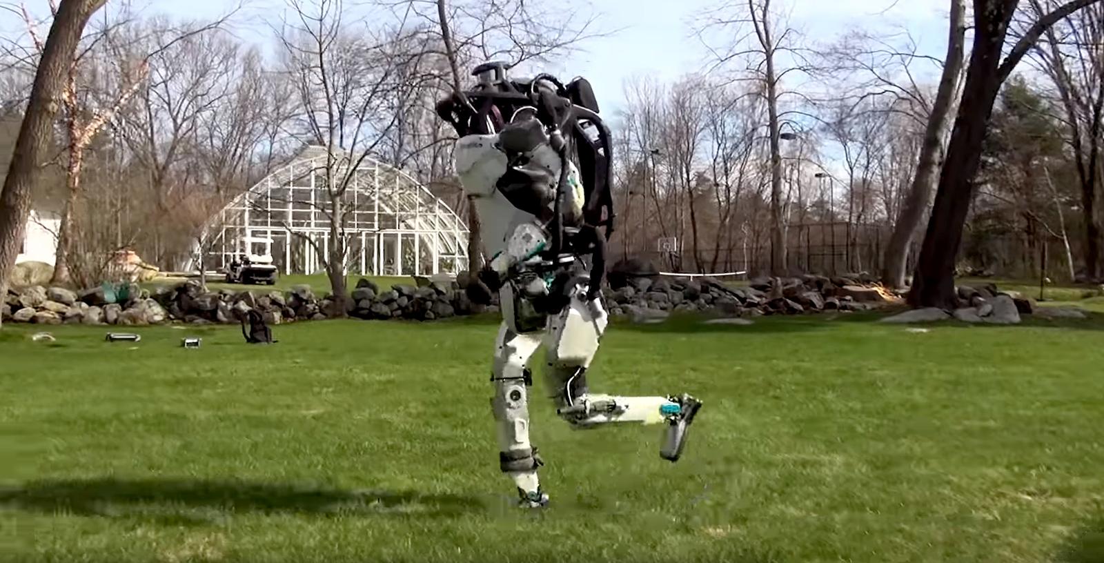 Un robot de Boston Dynamics ya trota en el patio como si no fuera la gran cosa