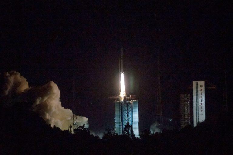 China acaba de lanzar un satélite para ayudar a explorar la cara oculta de la Luna