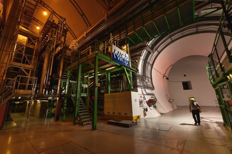 Científicos del CERN descubren dos, quizás tres, nuevas partículas