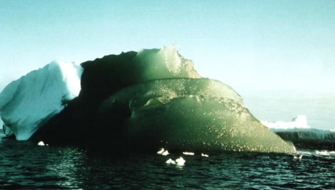 Nuevo estudio da una respuesta a los misteriosos icebergs verde esmeralda de la Antártida