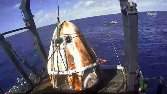 El Crew Dragon de SpaceX regresó a la Tierra y amerizó exitosamente aunque luce un poco tostado
