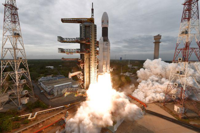 India lanza ambiciosa misión al polo sur de la Luna