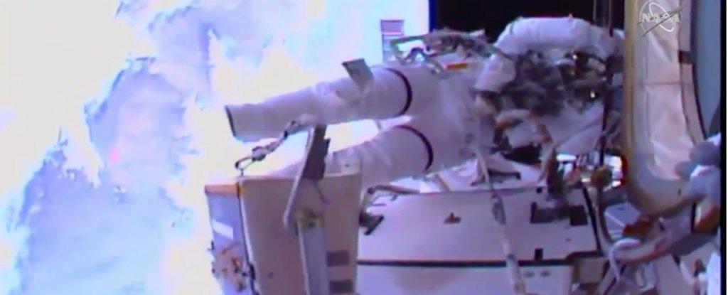 Astronautas de la NASA hacen historia con la primera caminata espacial de mujeres