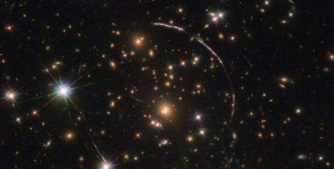 Intensa gravedad hace que una galaxia se observe en el firmamento al menos 12 veces