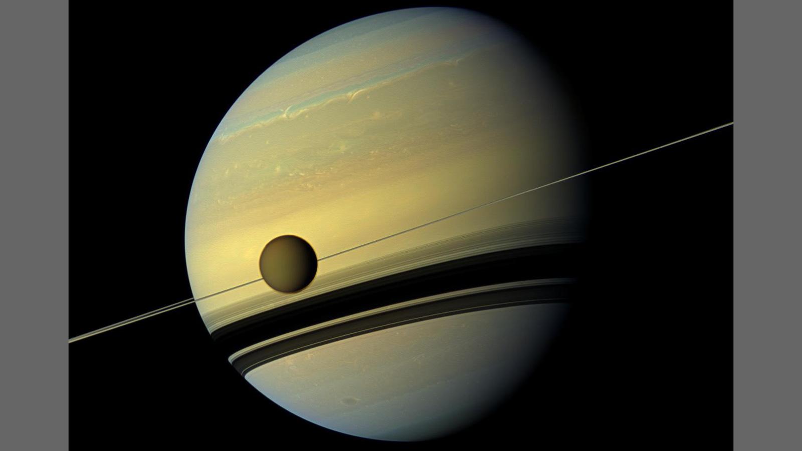 Titán se está alejando de Saturno 100 veces más rápido de lo que se pensaba