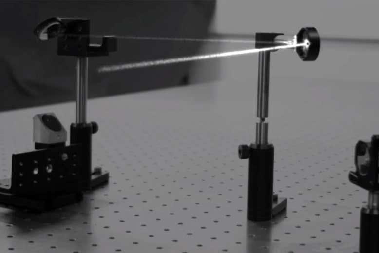 Una cámara ultrarrápida capta cómo rebota la luz entre los espejos