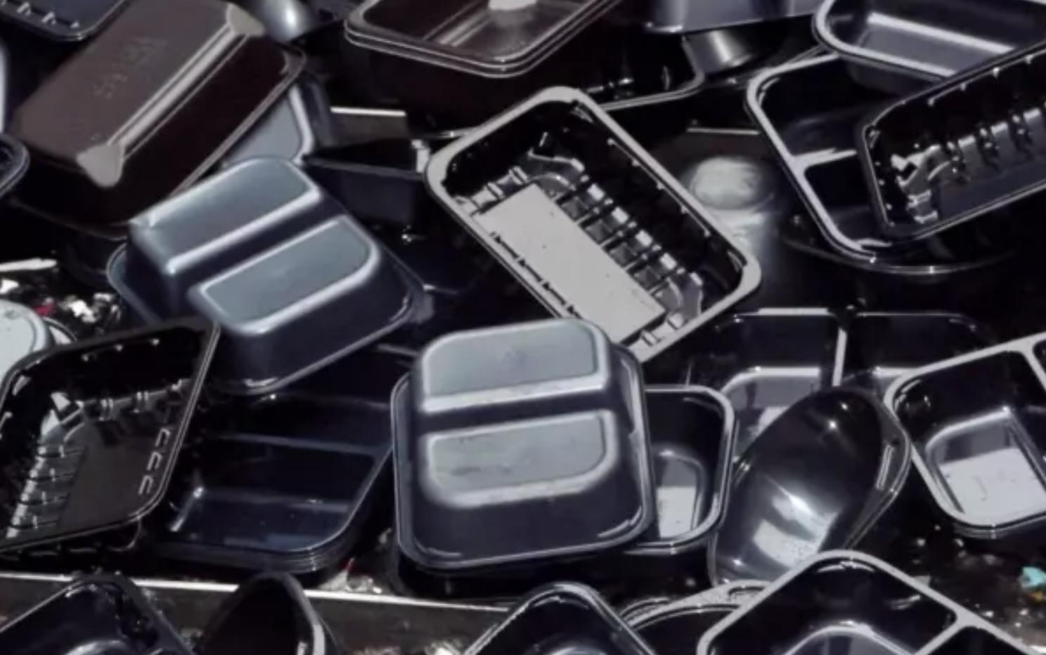 ¿Por qué es tan difícil reciclar plástico negro?