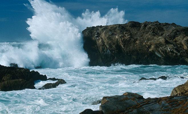 ¿Por qué las olas burbujean y se vuelven blancas cuando se rompen?