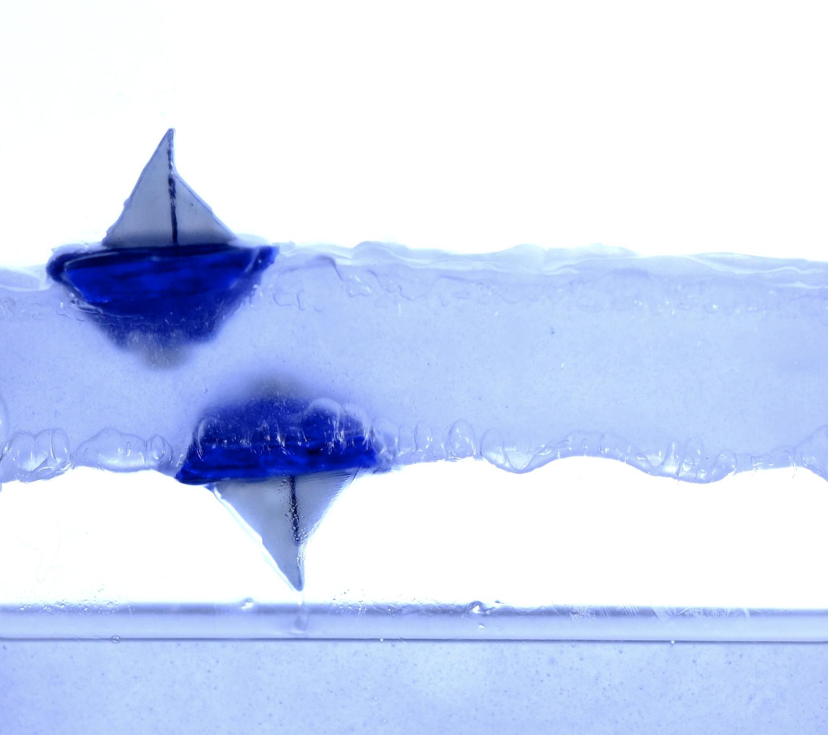 Físicos hicieron flotar un bote boca abajo en un fluido levitante