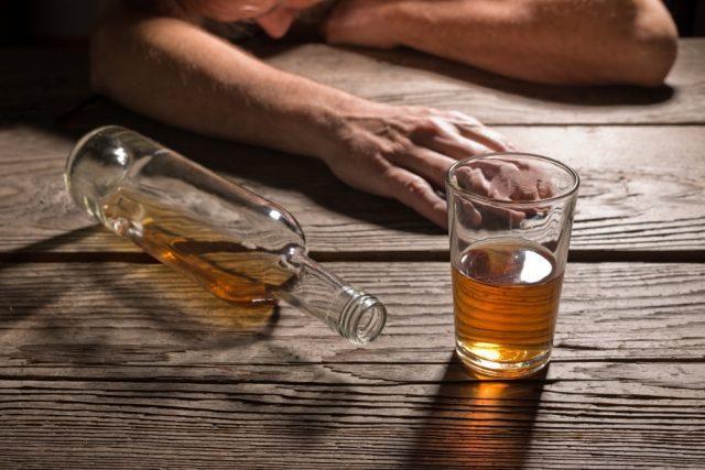 Beber hasta perder la conciencia está relacionado con un gran riesgo de demencia