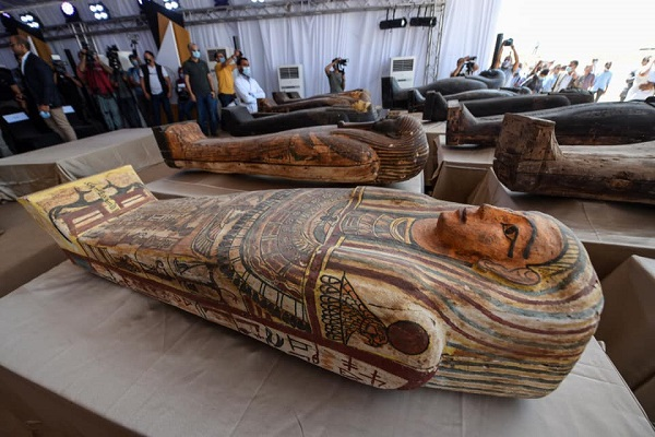 Investigadores descubren en Egipto 59 sarcófagos intactos y una estatua del dios Nefertum