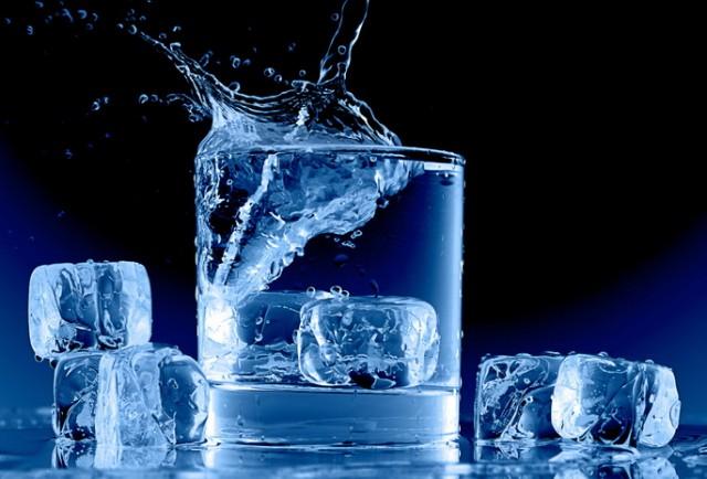 ¿Por qué los cubitos de hielo hacen «crac» cuando los pones en agua?