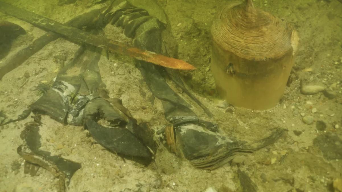Arqueólogos encuentran un soldado medieval con su espada y cuchillos en el fondo de un lago lituano