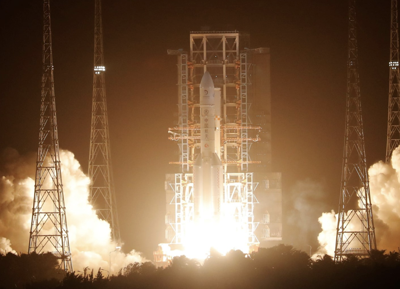 China lanza una misión hacia la Luna para recoger muestras por primera vez en décadas