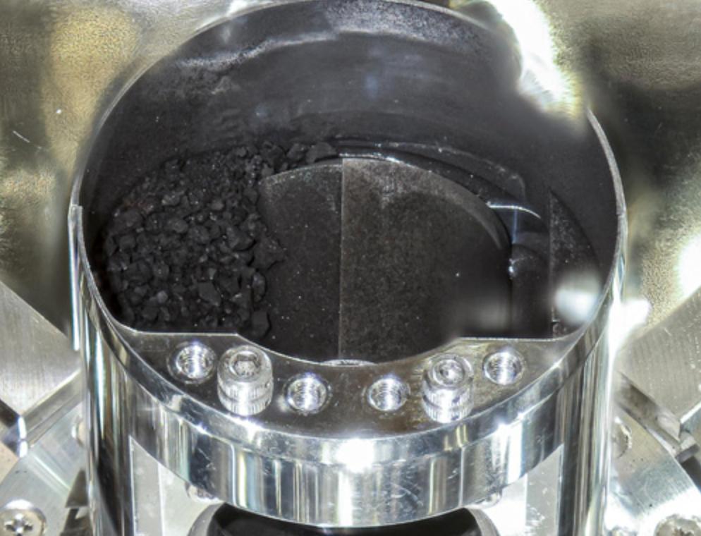 Mira las preciosas fotos del material recolectado del asteroide Ryugu