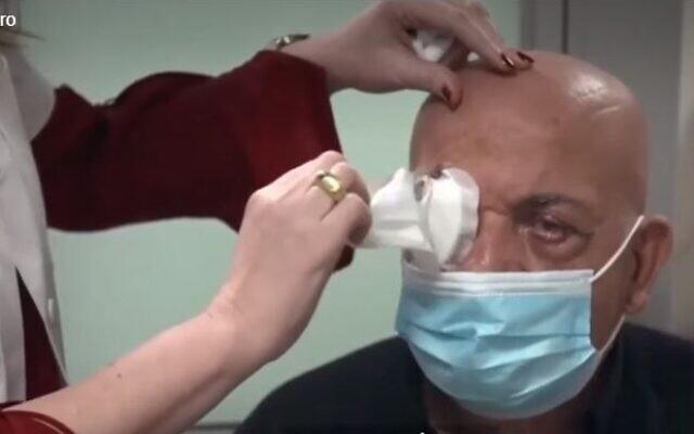 Hombre recupera la vista gracias a implante de córnea artificial, el primero de su tipo