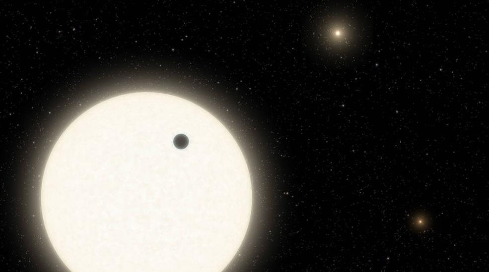 Astrónomos descubren un exoplaneta que orbita tres estrellas