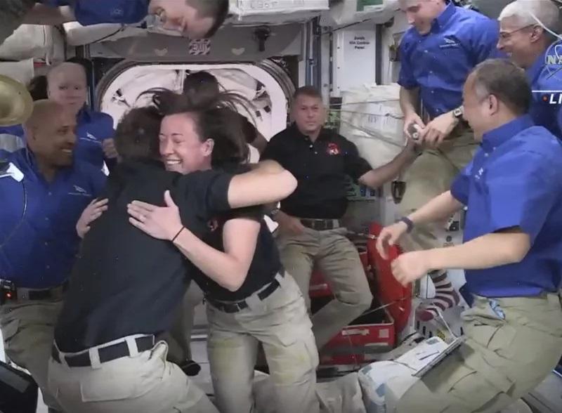 Cuatro astronautas llegan a la ISS en la tercera misión tripulada de SpaceX