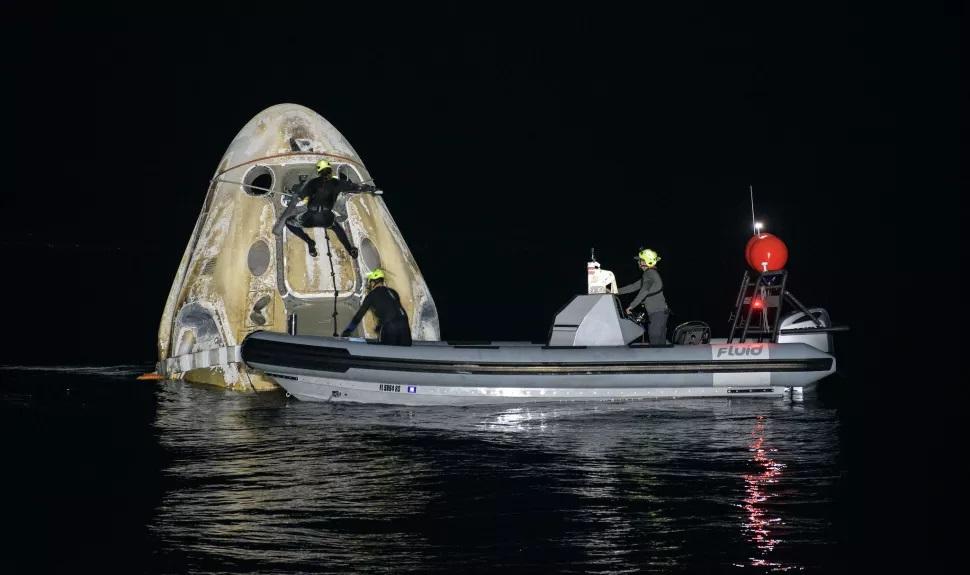 SpaceX Crew Dragon realiza el primer aterrizaje nocturno desde la era Apolo
