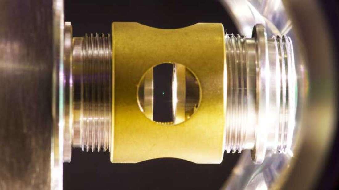 Físicos logran levitar una nanoesfera de vidrio bajo estancamiento cuántico