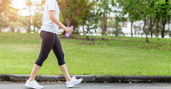 Nuevo estudio sugiere que no se necesitan 10 mil pasos para beneficiarte de una caminata diaria